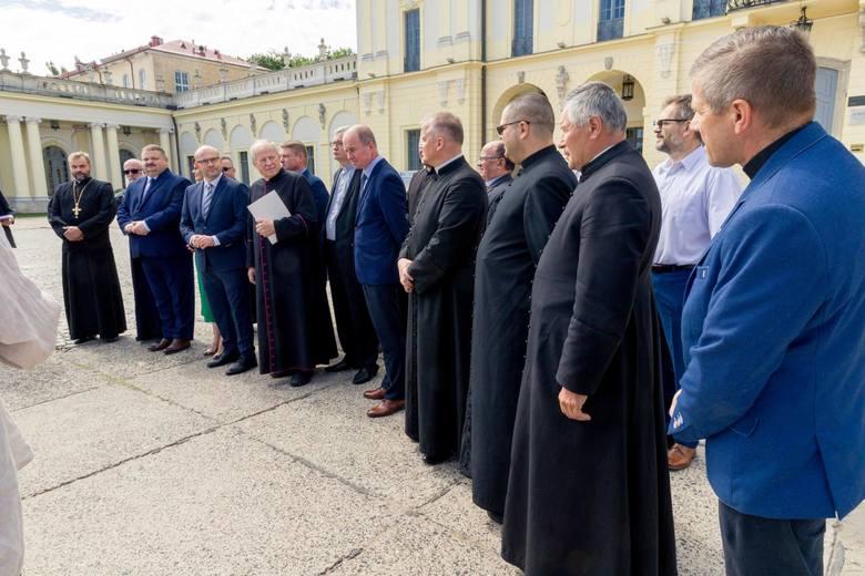 Marszałek Artur Kosicki gratulował obdarowanym na dziedzińcu Pałacu Branickich.