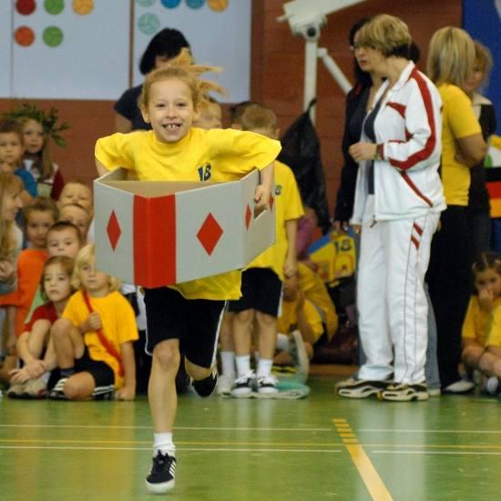 """Jedną z konkurencji było """"kajakarstwo"""". Jula Nehring z przedszkola nr 18 radziła sobie śpiewająco - Kajak był trochę ciężki, ale nie"""