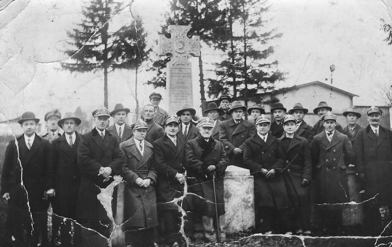 Uczestnicy zrywów narodowych przy pamiątkowym krzyżu na Kuchni w listopadzie 1931 r. To tutaj w styczniu 1919 r. doszło do starcia polskich oddziałów