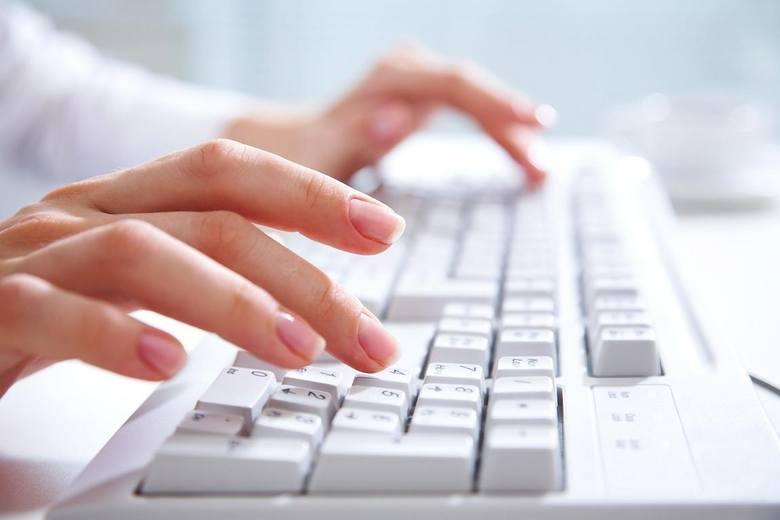 <strong>Wyłudzanie danych i&#8230; pieniędzy.</strong> Zdarza się, że sprawca chce wprowadzić ofiarę w błąd i wyłudzić jej dane osobowych lub finansowe (numer karty kredytowej, hasła, loginy, numery PIN). Chodzi przede wszystkim o informacje, które pozwalają przejąć pieniądze lub wirtualną tożsamość (co...