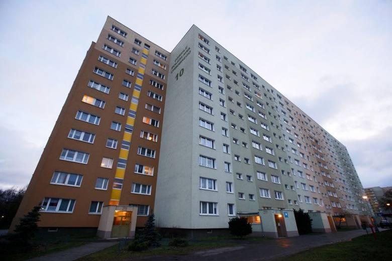 Blok z wielkiej płyty na osiedlu Bolesława Chrobrego w Poznaniu
