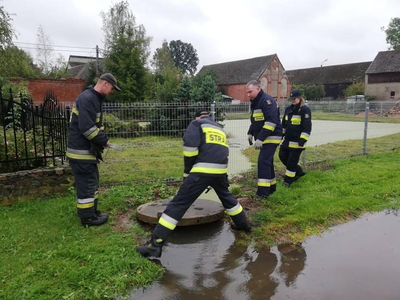 - We wtorek o godz: 14:11 zostaliśmy zadysponowani do miejscowości Buślary, gdzie miejscowy staw zlokalizowany w centrum wsi przybrał duże ilości wody