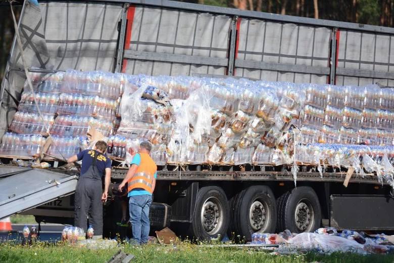 Jak informują strażacy w miejscowości Mniszek w powiecie świeckim na autostradzie A1 dwa samochody ciężarowe stoją na pasie awaryjnym. Z jednego z nich