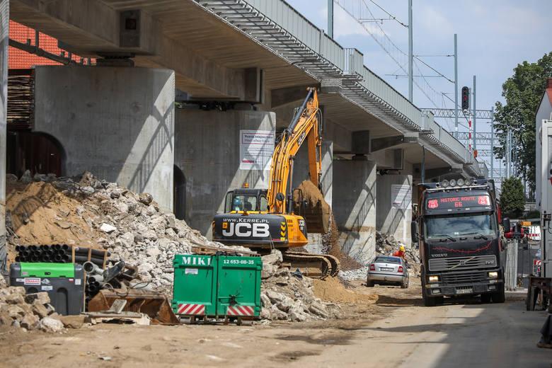 """Jest """"pierwsza wyrwa"""", czyli trwa rozbiórka ziemnego nasypu PKP w centrum Krakowa"""
