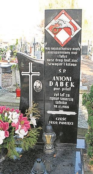 Por. Dąbek zginął w katastrofie.