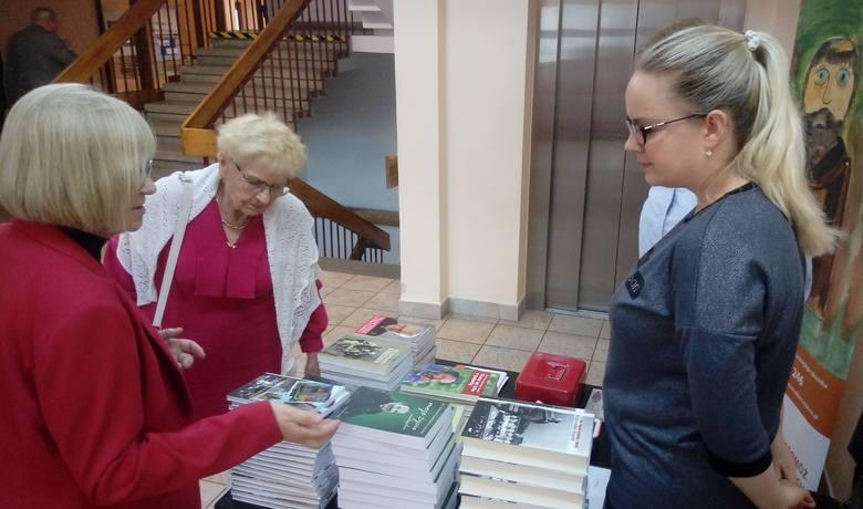 Teresa Gładysz (druga z lewej) ogląda książki księdza Tadeusza Isakowicza-Zaleskiego