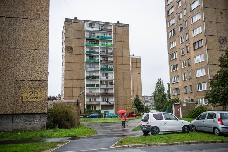 Blok przy ul. Łaskarza 6 został oddany do użytku w 1985 roku. Jak mówią mieszkańcy - przez 34 lata nie doczekał się większego remontu.