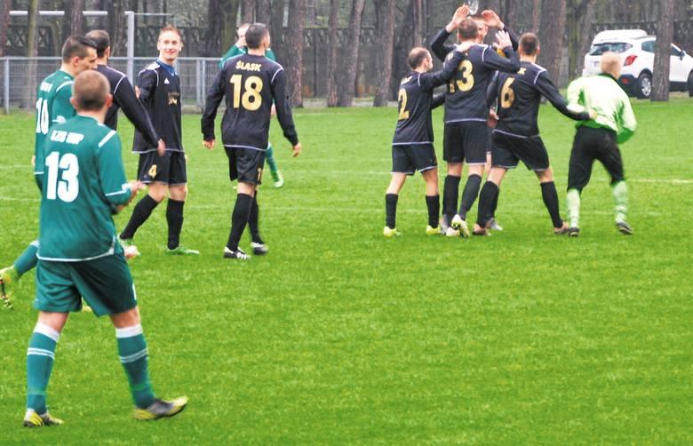 Po drugim golu dla Śląska Mariusz Gnoiński odbierał od kolegów gratulacje, zaś piłkarze z Kup stracili wiarę w sukces.