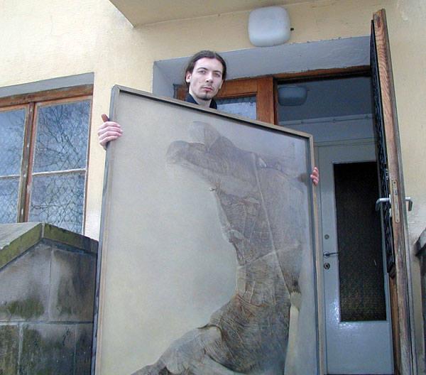 Obrazy Zdzisława Beksińskiego, z których wiele jest przechowywanych w magazynie, będą za dwa lata cieszyć oczy zwiedzających. Na zdjęciu: pracownik Muzeum