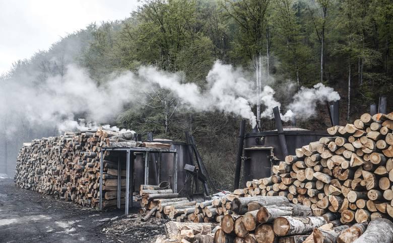 """Miejsc, gdzie w sposób tradycyjny wypala się węgiel drzewny, w Bieszczadach została zaledwie garstka, ciągle jednak trwa jednak legenda o ludziach """"czarnego zawodu"""" i przekazywana przez lata tajemnica układania specjalnych kopców  - mielerzy. W ludzkiej pamięci pozostał też zapach dymu unoszącego..."""