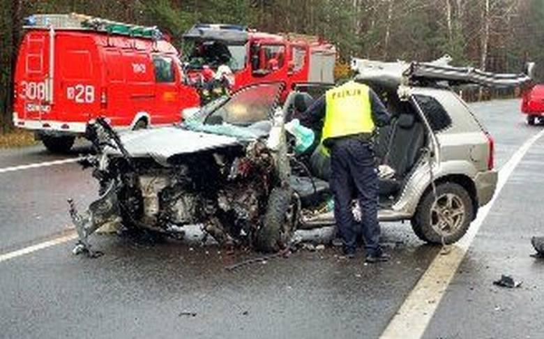 Mimo reanimacji, kierowca huyndaia zmarł na miejscu. Kobieta siedząca za kierownicą forda z obrażeniami ciała trafiła do szpitala.
