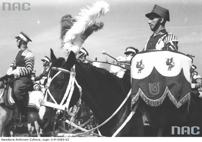 Dobosze orkiestry 18 Pułku Ułanów Pomorskich, 1938 rok.