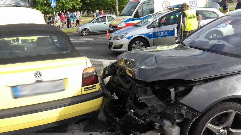 Zderzenie dwóch aut na skrzyżowaniu ulic Kombatantów, Okulickiego i Jana Pawła II w Gorzowie