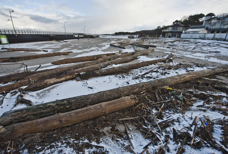 Trwający przez kilka dni sztorm na Bałtyku spowodował wiele zniszczeń w linii brzegowej od Darłówka do Wicia. Z dna morskiego wyrwanych zostało ponad