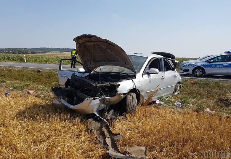 Wypadek w Dąbrówce. Dachował samochód osobowy. Dwie osoby ranne