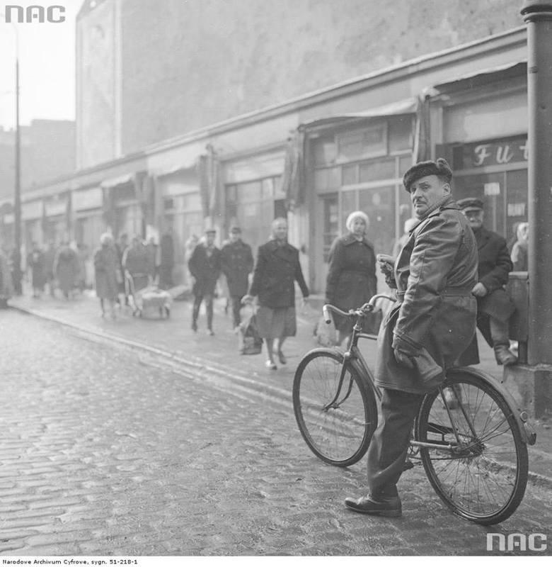 Rowerzysta na ulicy Ząbkowskiej przy skrzyżowaniu z ulicą Targową