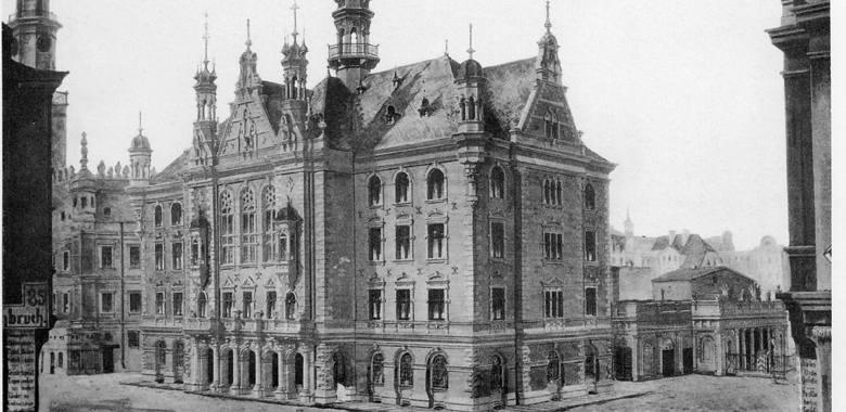 Pod koniec XIX wieku stara polska Waga popadała w ruinę i nic nie wskazywało, żeby jej los miał się poprawić. Wtedy też ówczesne władze miasta zdecydowały o jej rozbiórce. Powodem była chęć wybudowania nowego ratusza przylegającego do renesansowej perły. Budowę ratusza, który miał mieścić...