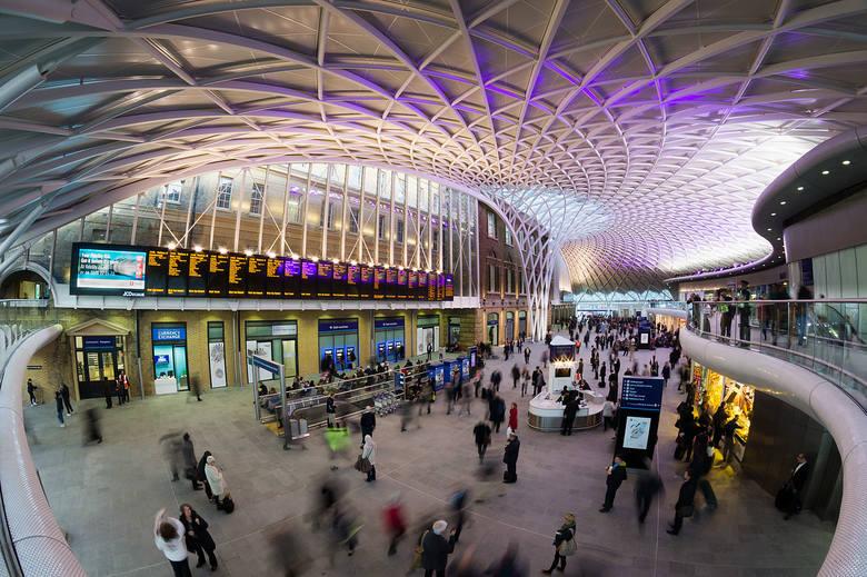 King's Cross Station / Londyn, Wielka Brytania Dworzec znany z serii powieści o Harrym Potterze. W środku znajduje się m.in. charakterystyczny peron
