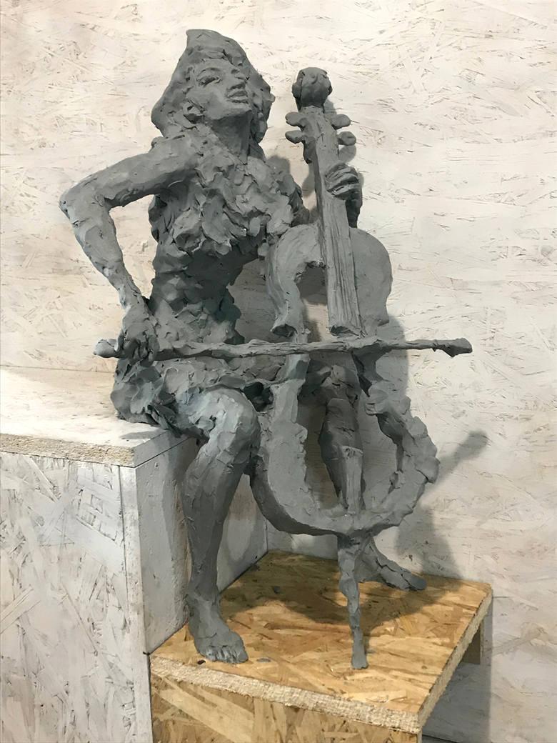Czarownica wiolonczelistka w różnych etapach pracy twórczej Marka Stankiewicza
