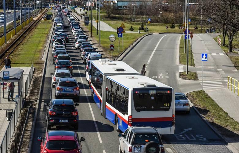 Rząd ma nowe pomysły i chce ułatwić życie kierowcom. Już niedługo politycy mają wprowadzić zmiany. Co i kiedy zostanie zmienione? Sprawdź! Czytaj więcej