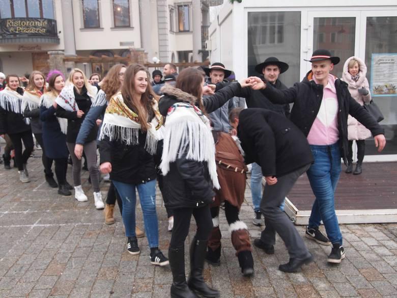 Zakopane. Maturzyści zatańczyli poloneza na Krupówkach [ZDJĘCIA,WIDEO]