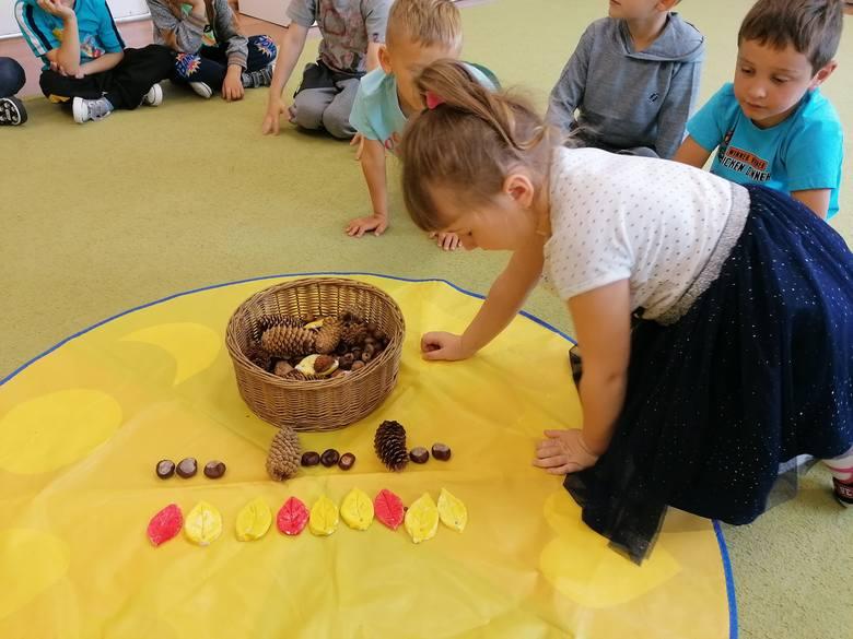 """""""Powitanie Jesieni"""" - taka imprezę przygotowały przedszkolaki z grupy Maluszków i Starszaków w Rozwadach. Dzieci te chodzą do oddziału"""