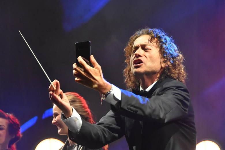 Na scenie w Moszczance w czwartek (2 maja) wystąpił zespół Piotra Rubika a w jego kilkudziesięcioosobowym składzie mogliśmy zobaczyć wokalistę pochodzącego
