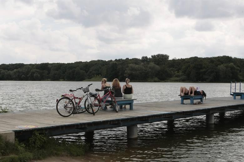 Okolice jeziora Rusałka to idealne miejsce na rowerową wycieczkę w gronie najbliższych. Z Piątkowa, Rataj i centrum najlepiej dostać się przez skrzyżowanie