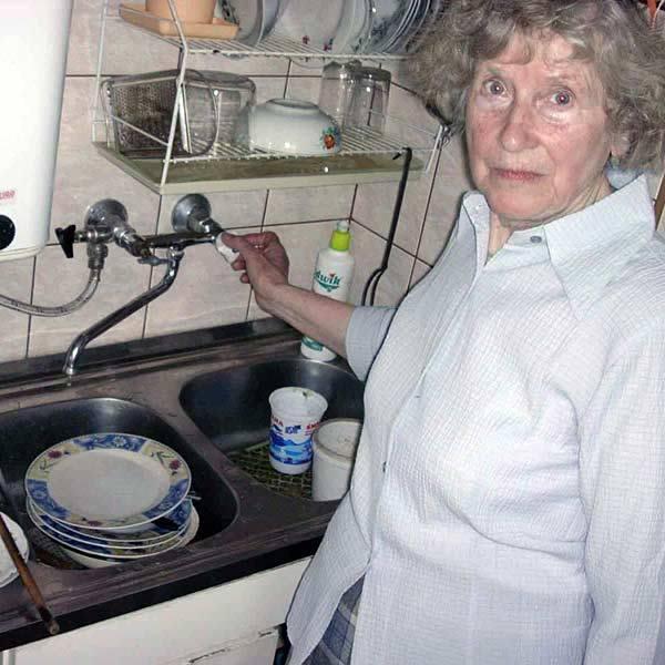 - Wodą popłynęła z kranów dopiero dzisiaj. Przez te upały trzeba ją oszczędzać - martwi się mieszkanka Niska.