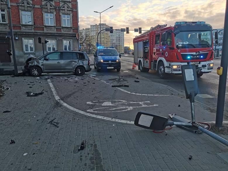 Do wypadku doszło na skrzyżowaniu ulic Ugory i Solskiego na Szwederowie. Zderzyły się tam dwa samochody osobowe. Więcej informacji i zdjęć >&