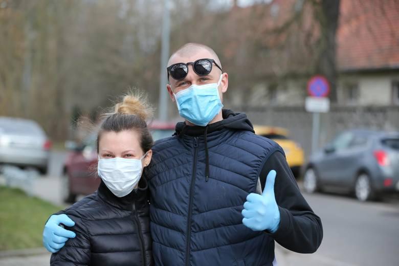 - Nie każdy może, nie każdy lubi - tak brak maseczki na swojej twarzy skomentował ostatnio prezydent Andrzej Duda. - Ale każdy powinien - odpowiedzieli