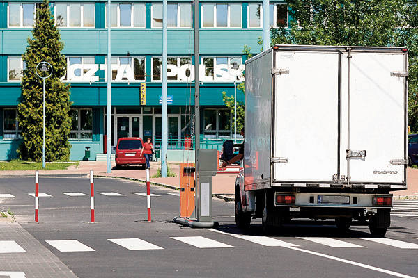 Parking przy krańcówce autobusowej został zagrodzony  szlabanami, bo stał się płatny. Godzina postoju kosztuje 2 zł.