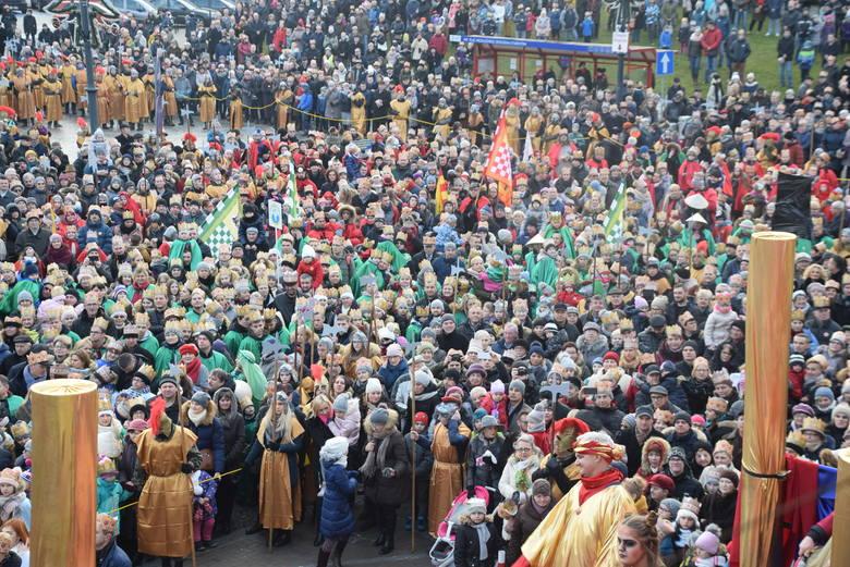 Orszak Trzech Króli w Białymstoku zgromadził tysiące mieszkańców. To już tradycja, że w Święto Objawienia Pańskiego, trzem królom w barwnej procesji
