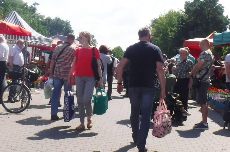 W sobotni poranek na targowisko Korej wybrało się wiele osób. Ładna, słoneczna pogoda przyciągnęła tłumy kupujących i sprzedających. Szczególnie dużym