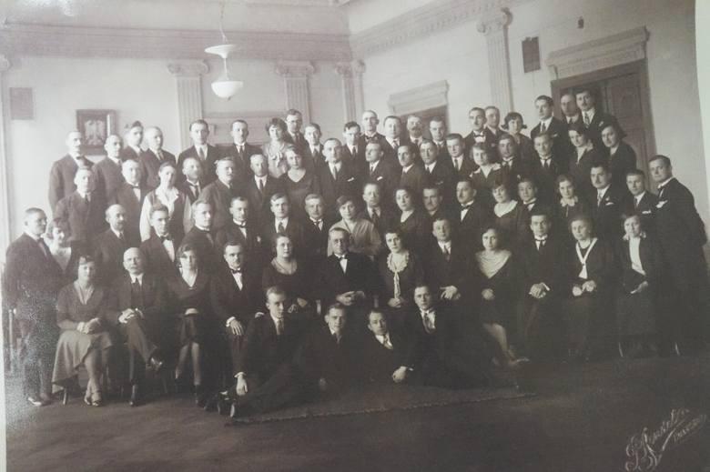 Sąd Okręgowy w Białymstoku, rok 1937/38. Jan Paszta, ojciec pani Elżbiety (sekretarz sądu) w trzecim rzędzie, z muchą pod szyją.