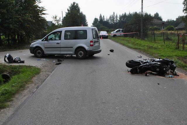 Policjanci wstępnie ustalili, że 35-letni kierujący volkswagenem caddy, skręcając w lewo, nie udzielił pierwszeństwa przejazdu 33-letniemu motocykliście.