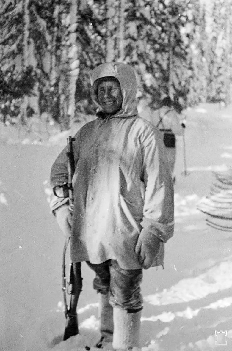 Simo Häyhä w swoim zimowym stroju maskującym. Właśnie, w nagrodę za sukcesy na polu walki, otrzymał karabin Mosin-Nagant 28/30