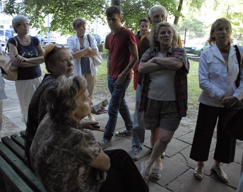 Lokatorzy bloku przy ul. Piotrkowskiej 235/241 zgromadzili się tłumnie, by bronić zielonego skweru.