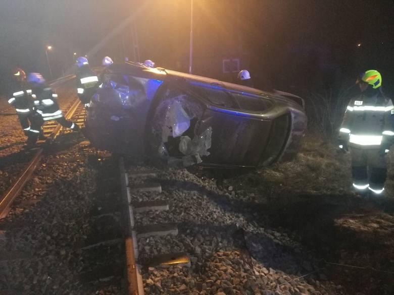 Do groźnego wypadku doszło w nocy z niedzieli na poniedziałek na przejeździe kolejowym w Drzewicy w powiecie opoczyńskim.CZYTAJ DALEJ NA NASTĘPNYM S