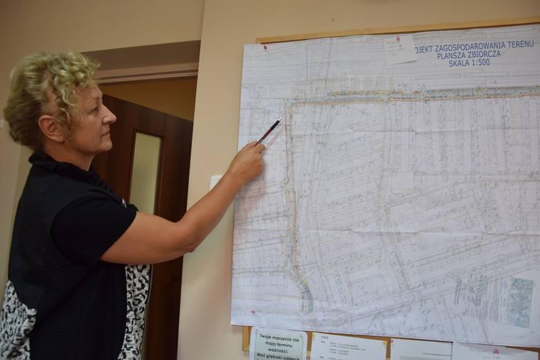 W Nowej Soli trwa rozbudowa drogi gminnej wraz z budową miejsc postojowych, oświetlenia publicznego i kanalizacji deszczowej.Na zdjęciu Ewa Staruch,