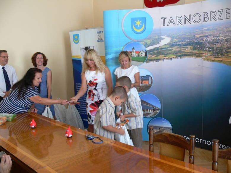 Uczniowie z Tarnobrzega dostali nowe plecaki od PCK i Podkarpackiego Klubu Biznesu