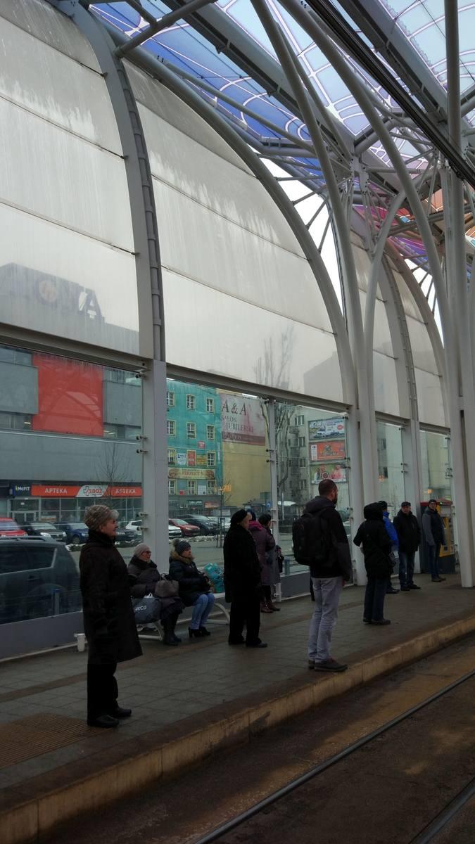 Przystanek Centrum  myty na raty - ściany tylko  do połowy...