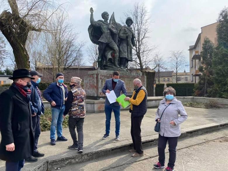 W sobotę przed pomnikiem Braterstwa Broni poseł Przemysław Koperski spotkał się z grupą mieszkańców Czechowic-Dziedzic