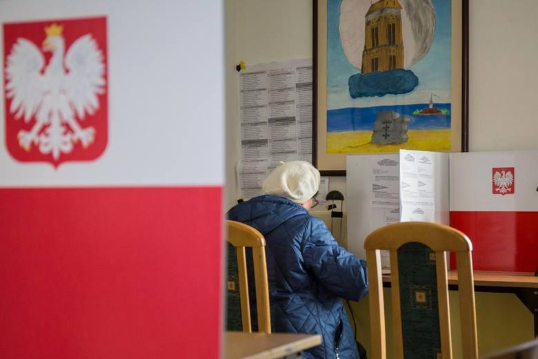 Spisy wyborców są sporządzane na podstawie rejestru wyborców. W rejestrze wyborców jesteśmy ujęci z urzędu, jeśli jesteśmy zameldowani na pobyt stały