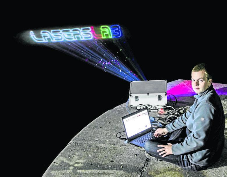 Pokazy z użyciem laserów i światła na wodzie to najnowszy projekt LasersLab. Arkadiusz Hudzikowski wyświetla logo firmy z użyciem opracowywanej przez