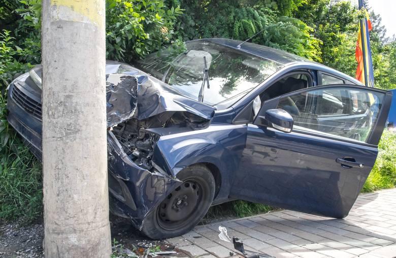Policjanci pod nadzorem prokuratora wyjaśniają dokładne przyczyny i okoliczności tragicznego wypadku drogowego, do którego doszło pomiędzy miejscowościami