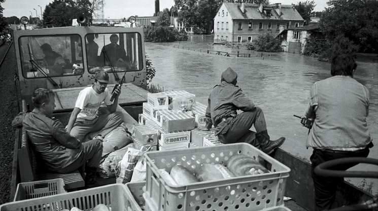 Okolice Kedzierzyna-Koźla. Kolejowa drezyna wiezie prowiant dla mieszkańców w zalanych częściach miasta. Po przyjeździe przenoszono zapasy na wojskową amfibie, która rozwoziła żywność i inne artykuły do zalanych domów.