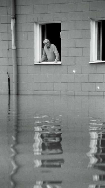 Kędzierzyn-Koźle 1997. Starszy człowiek stojący w oknie swojego zalanego mieszkania nie chciał go opuścić. Ludzie za wszelką cenę chcieli zostać i pilnować dobytku, nawet jeśli groziło to ich zdrowiu lub życiu.