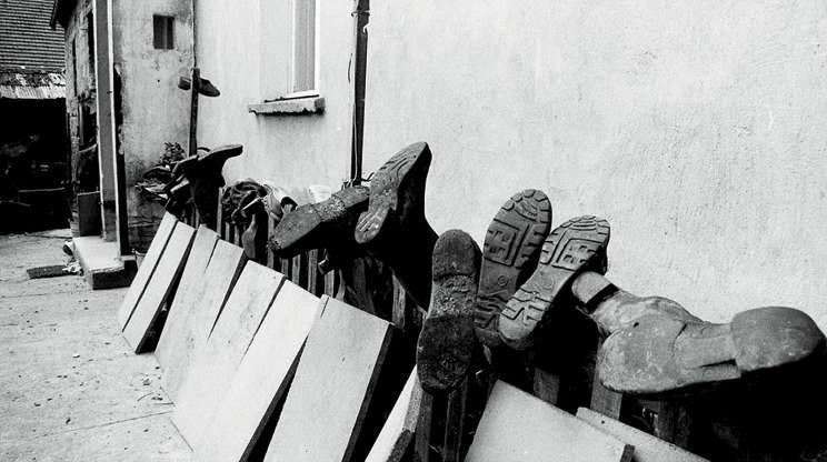 Popielów 1997. Po zejściu wody próbowano wysuszyć co się da. Na zdjęciu suszące się buty - może jeszcze do czegoś się nadadzą.