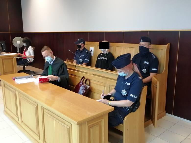 Marcin S. po pościgu ulicami Poznania oraz odgryzieniu kawałka palca policjantowi usłyszał łącznie sześć zarzutów. Grozi mu długoletnie więzienie.